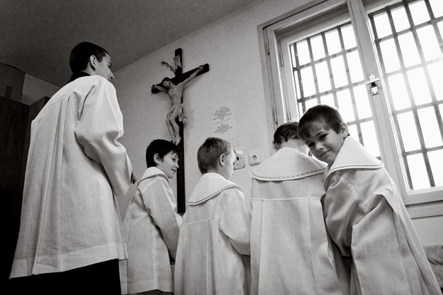 Hradčovice, kostel Všech svatých. Ministranti v sakristii po mši svaté.
